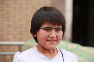 Dia 13 Niña Uygur con cejas unidas