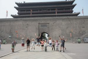 Dia 24 Grupo Saltando Puerta Muralla Xian