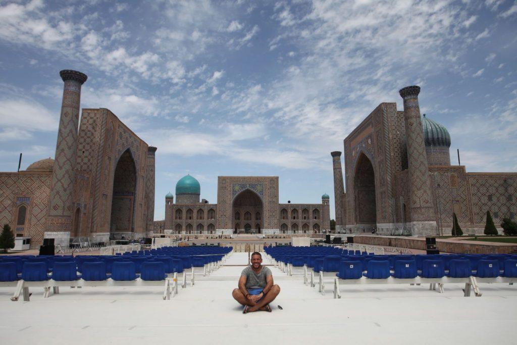 Dia 8 Yo en la Plaza del Registan de Samarkanda
