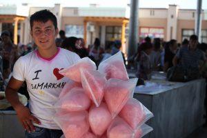 Dia 9 Vendedor con camiseta I love Samarkanda