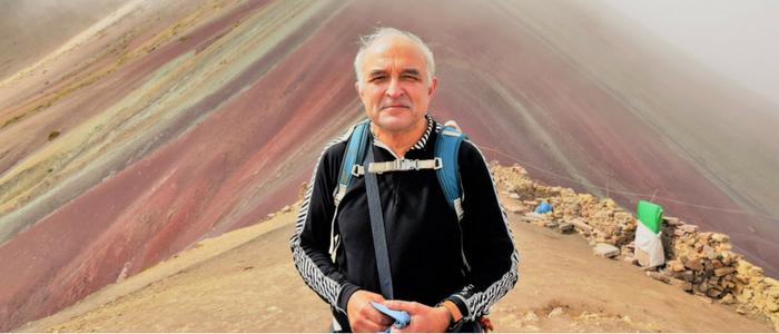 Viajero en la montaña de siete colores