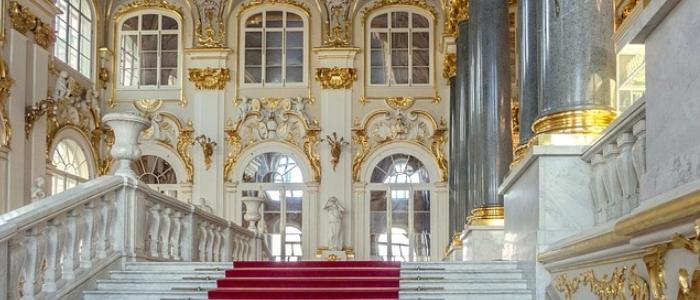 El palacio de invierno y su escalera Jordana es una joya de la arquitectura del Hermitage