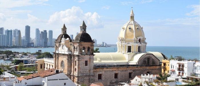 contraste entre la Cartagena de Indias colonial y la moderna oferta turística